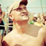 Нашествие 2010: Гоша Куценко смотрит наулетающий самолет